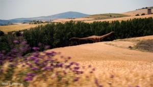 Réplica de un dinosaurio vivo caminando por tierras de Soria, hace 65 millones de años